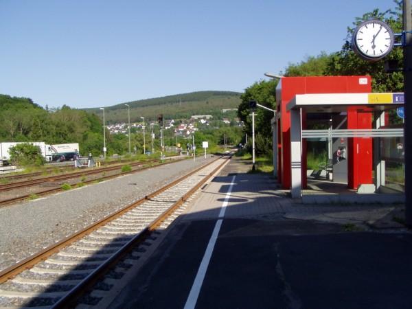 Blick vom Hausbahnsteig in Richtung Haiger