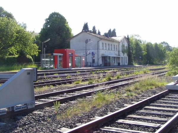 Blick über die Gleise zum Empfangsgebäude
