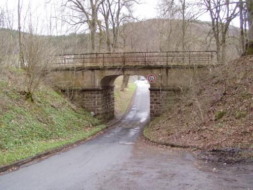"""Beddelhausen, Eisenbahnbrücke über die Straße """"Ederhöhe"""""""