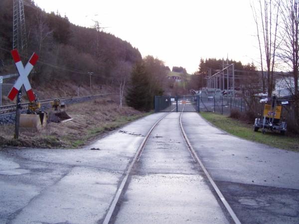 Anschlussgleis in die Anlage, links der Bahnübergang