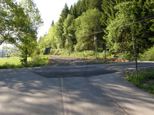 Nur noch Schotter und das mit Asphalt verfüllte Rillengleis weisen auf den ehemaligen Anschluss hin.