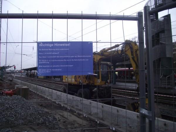 Am Baustellenzaun hängt ein Hinweis für die Fahrgäste.