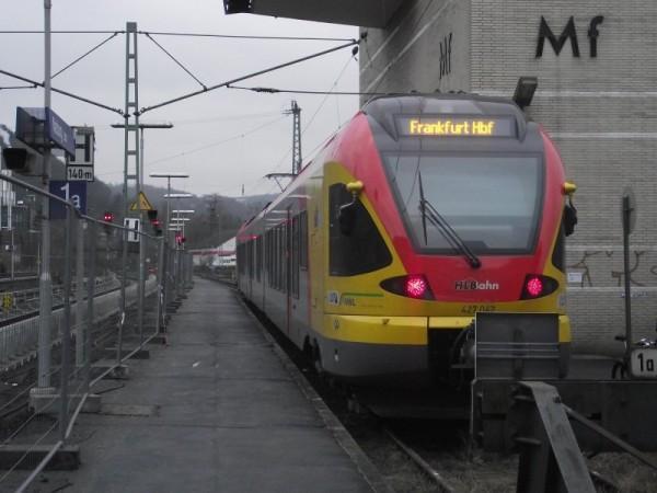 Seit dem Fahrplanwechsel im Dezember 2010 fahren die Fahrzeuge der HLB Hessenbahn GmbbH regelmäßig Marburg an. Hier ein dreiteiliger Flirt auf gleis 1A, der in Kürze nach Frankfurt startet.