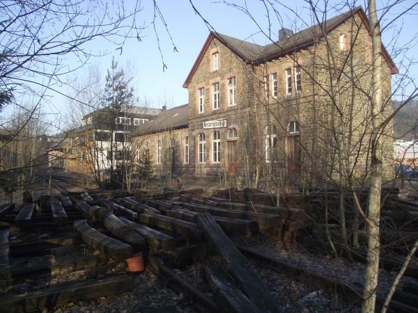 Empfangsgebäude und Gleisjochreste