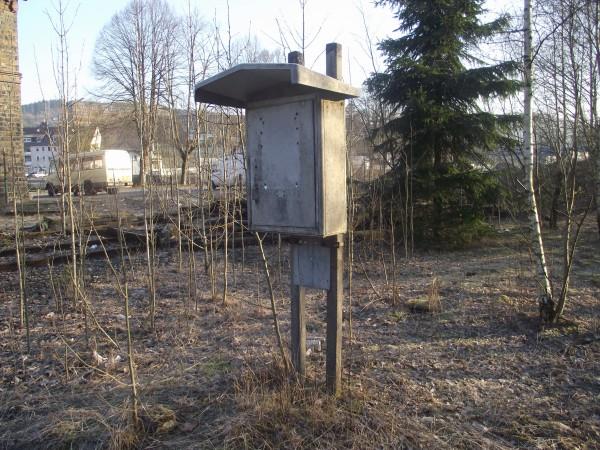 Fernsprechkasten im Gleisfeld