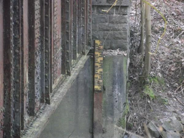 Alter Pegelmeßstab an der Agger, angebracht am Brückenfundament