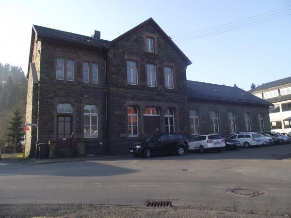 Empfangsgebäude von der Straßenseite aus gesehen