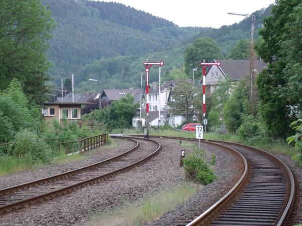 Blick auf die Ausfahrt in Richtung Köln mit dem Fahrdienstleiterstellwerk Ef