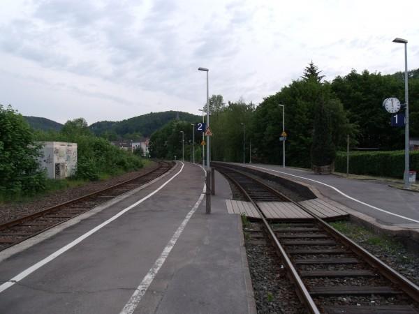 Blick über die zwei Bahnsteige Richtung Overath