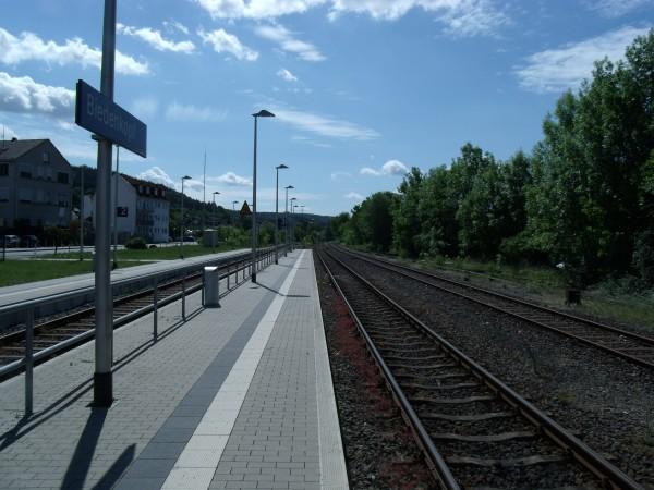 Der Hochbahnsteig an Gleis 3 - Blickrichtung Marburg