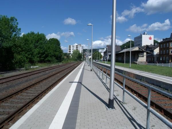 Der Hochbahnsteig an Gleis 3 - Blickrichtung Wallau