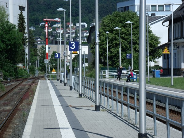 Der Hochbahnsteig an Gleis 3 - Blickrichtung Wallau - Teleblick