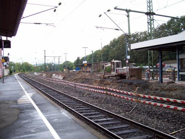 Der Mittelbahnsteig zwischen Gleis 2 und 3 wird im Westkopf abgerissen und geändert neu errichtet