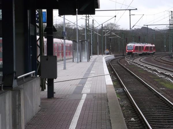 Westlicher Bahnsteigskopf - RB nach Siegen wird bereitgestellt