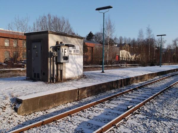 Fernsprecher und Schalthaus für den Bahnübergang auf der Westseite des Bahnhofs