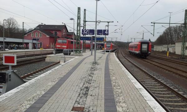Blick in Richtung Köln mit RE9 (links) und S12 (rechts), links entsteht der höhere Bahnsteig an Gleis 1