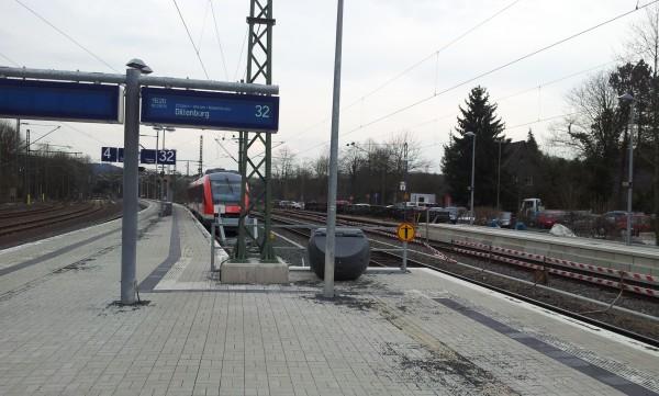 Blick in Richtung Siegen mit RB95 an Gleis 32 nach Dillenburg