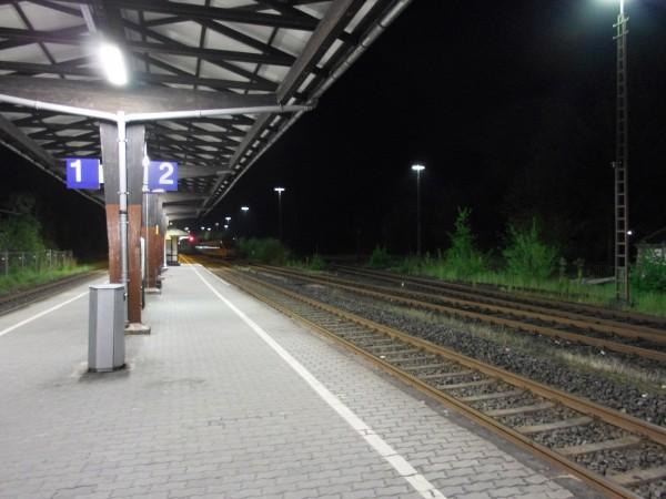 Dieringhausen, Bahnsteig bei Nacht